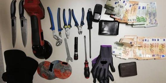 Bei derPersonendurchsuchung der beiden muitmaßlichen Täter konnte die Wiener Polizei Lebensmittel, Bargeld sowie Einbruchswerkzeug sicherstellen.