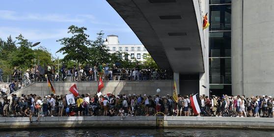 Schon am 1. August: Kein Abstand, keine Masken, dafür Reichsflaggen.