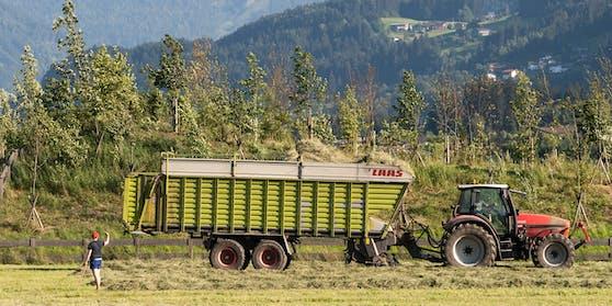 Ein Traktor samt Heuladewagen in Uderns, Tirol. (Symbolbild)