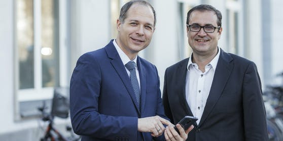 SkinScreener Gründer Dr. Michael Tripolt mit SFG-Geschäftsführer Christoph Ludwig