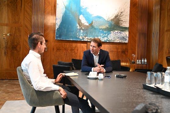 """Interview im Kreisky-Zimmer: Sebastian Kurz im Gespräch mit """"Heute.at""""-Chefredakteur Clemens Oistric, an der Wand ein türkiser Nitsch"""
