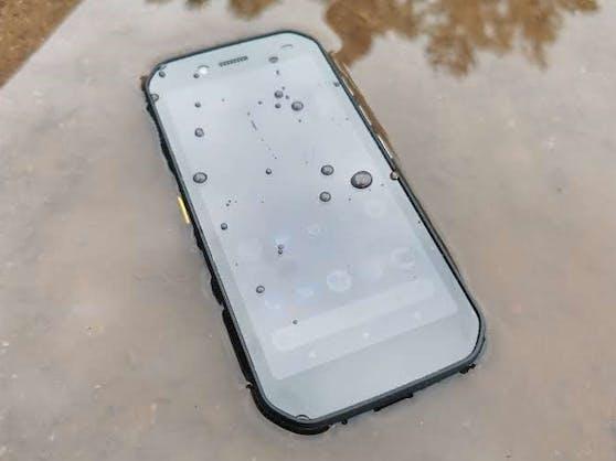 Selbst mit nassem Display lässt sich das Cat S42 noch bedienen.
