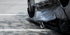 Alko-Lenker rammt Hühnerstall, Auto überschlägt sich
