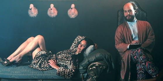 Liener als Sigmund Freud, mit Falco-Ex Caroline Perron auf der Couch