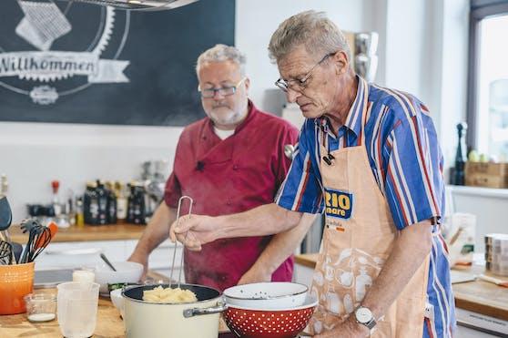 Profi-Koch Erik Pauer (li.) und Gewinner Walter K. (re.) bereiteten gemeinsam Walters Lieblingsrezept - Fusilli mit Thunfisch-Tomaten-Oberssauce - mit Rio Mare Thunfisch in Olivenöl zu.