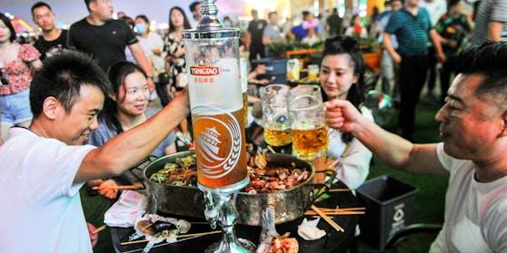 """Hunderttausende Besucher strömen zum Bierfest von Qingdao,""""Chinas Oktoberfest"""""""