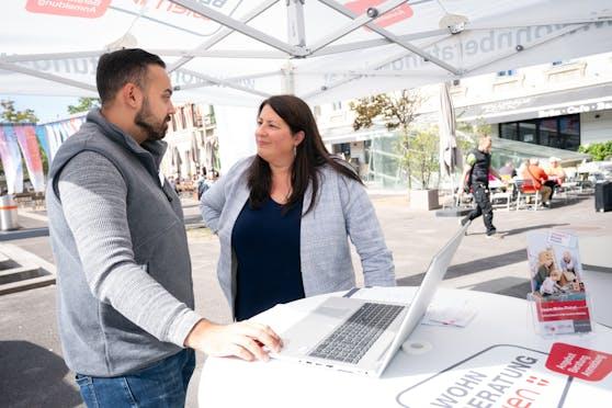 Wohnbaustadträtin Kathrin Gaal (SPÖ) schaut bei der mobilen BEratung vorbei