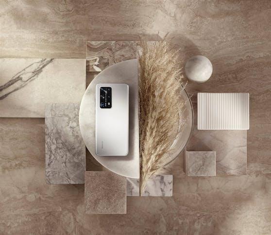 Mehr als ein großartiges Smartphone: Das Huawei P40 Pro+ in der schimmernden Farbe Ice White ist auch ein stylisches Accessoire.