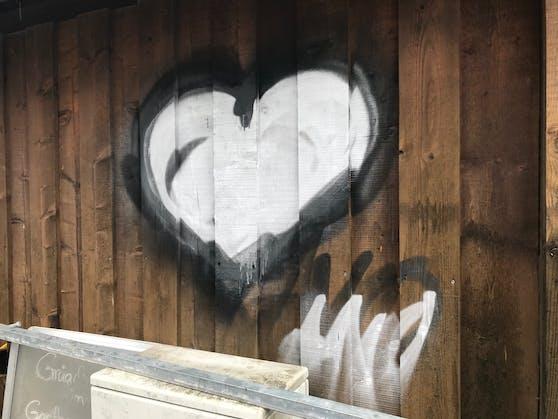 Dieses weiße Herz ziert nun eine Bushaltestelle in Silbertal. Die Polizei sucht nach dem Täter (4. August 2020)