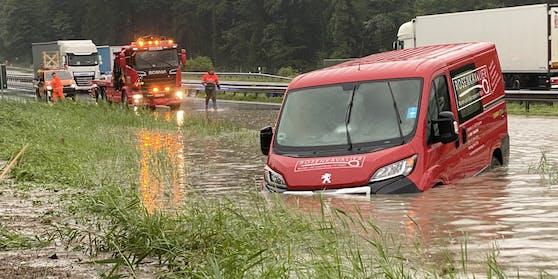 In Achenmühle (Bayern) hängt ein Transporter in den Fluten fest.