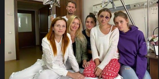 Freunde besuchen Anastasija Lugowa (zweite von rechts) im Spital.