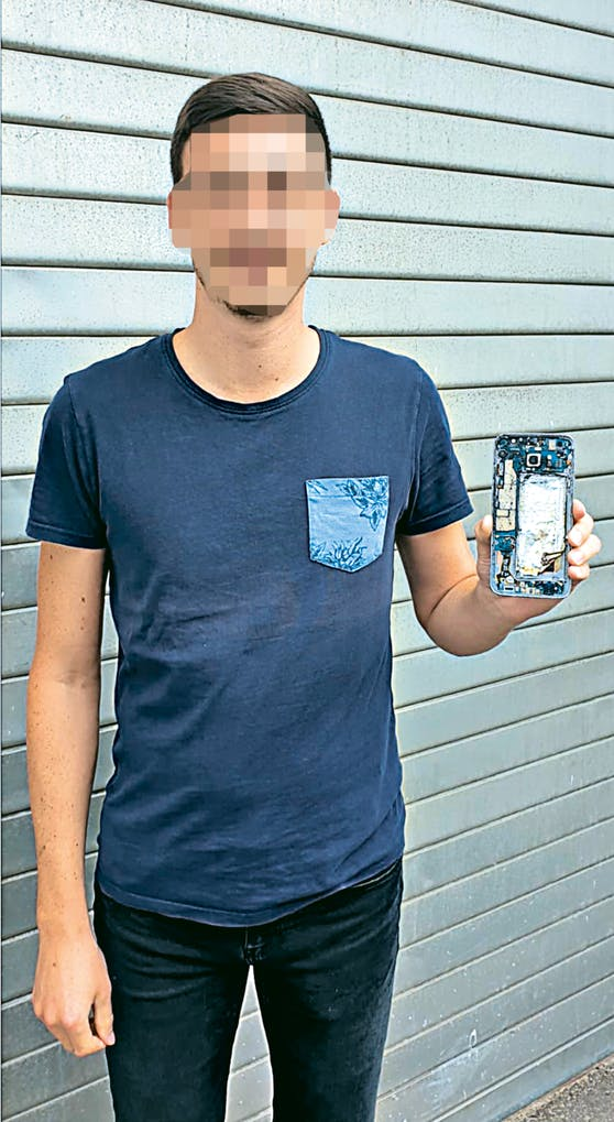 Emanuel und die Überreste seines Handys.