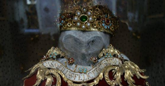 Der rätselhafte geschmückte Totenschädel aus der Kirche.