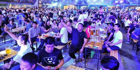 In Qingdao feiern die Menschen trotz Corona beim größten Bierfest des Landes.