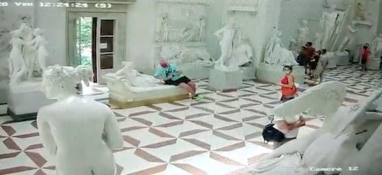 Ein Video auf Facebook zeigt, wie der Oberösterreicher bei der Statue sitzt und in der Folge dann die Zehe abbricht.