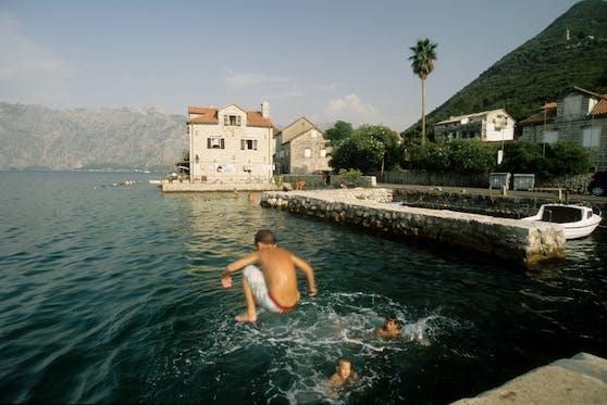 Kinder baden bei Stoliv, Bucht von Kotor, Montenegro