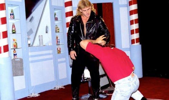 Shawn Michaels verprügelt Marty Jannetty im berühmten Barbershop