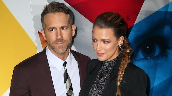 Ryan Reynolds und seine Frau Blake Lively schreiten gemeinsam zur Wahlurne, scheinen dabei aber auf ein wichtiges Detail zu vergessen.