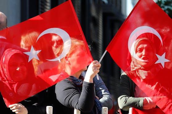 Ein türkischer Verein in Salzburg wurde wegen verbotenen Symbolen angezeigt.