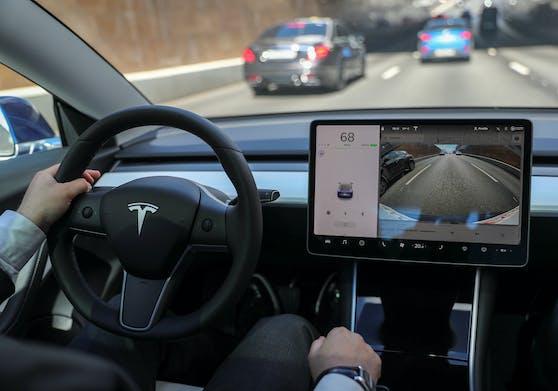 So sieht ein Tesla von innen aus. Viele der bekannten Hebel und Knöpfe fehlen, dafür ist ein großer Touchscreen installiert.