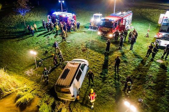 Mehrere Feuerwehren samt Taucher waren im Einsatz, brachten den Pkw gemeinsam an Land.