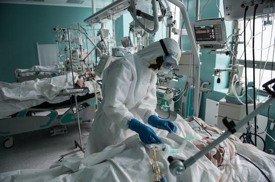 Ein Corona-Patient wird auf der Intensivstation behandelt.