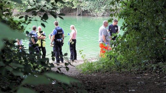 Rettungskräfte und Polizei am Ufer eines Sees in Hessen nach einem tödlichen Badeunfall. Symbolbild