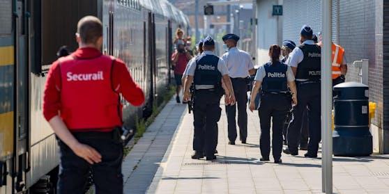 Polizisten kontrollieren den Bahnhof Blankenberge: die Stadt hat Tagestouristen die Einreise verboten (9. August 2020)