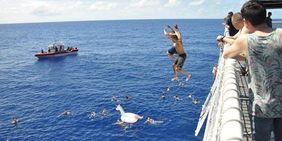 Bei einem Badegang im Pazifischen Ozean wurden Besatzungsmitglieder eines Schiffes der US-Küstenwache letzte Woche von einem Hai angegriffen.