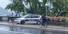 Polizei kontrolliert im strömenden Regen Radler