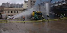 Tankwagen vor Henkel-Zentrale mit Wasserwerfer gekühlt