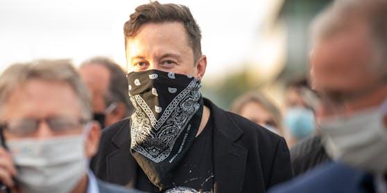 Ein maskierter Elon Musk unterwegs in Berlin
