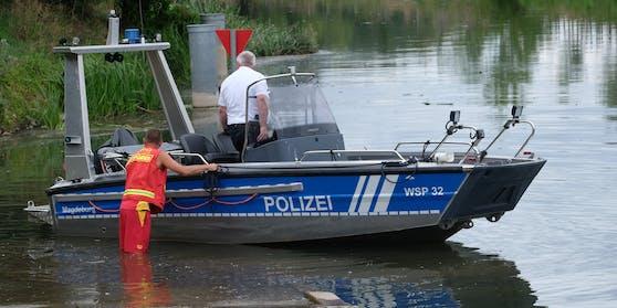 Die Wasserpolizei suchte, bisher erfolglos, nach dem Tier.