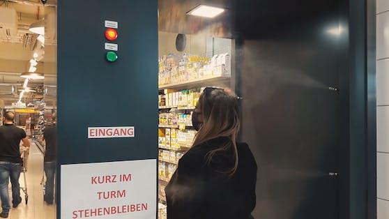 """In einem Shop in Wien-Favoriten können sich Kunden per """"Dusche"""" desinfizieren."""