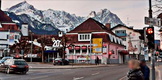 """Blick auf den Marienplatz und die Cocktailbar """"Peaches"""" in Garmisch-Partenkirchen"""