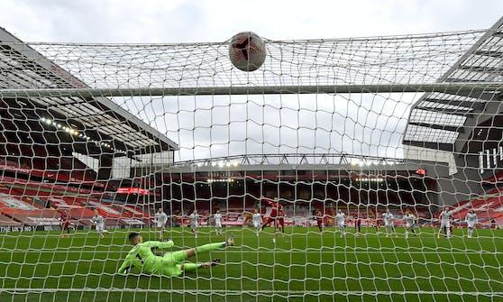 Mo Salah versenkt den Elfmeter für Liverpool.
