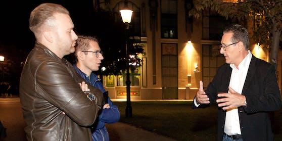 """Heinz-Christian Strache mit den """"Heute""""-Journalisten Maxim Zdziarski (l.) und Clemens Oistric in der Leopoldstadt."""