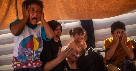 Auch Tage nach der Brandkatastrophe im Flüchtlingslager Moria haben viele der Menschen dort weder Nahrung noch ein Dach über dem Kopf.