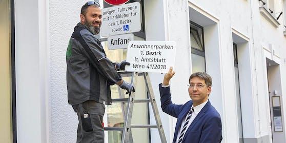 ÖVP-Bezirkschef Markus Figl mit Taferl