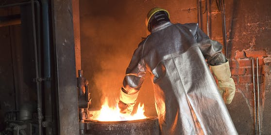 Metall-Arbeiter beim Guss (Symbolfoto)