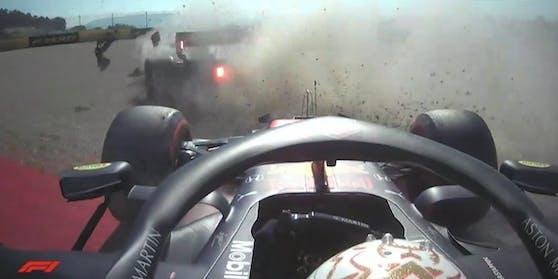 Max Verstappen wird aus dem Kurs katapultiert.