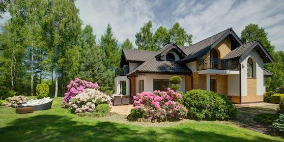 Häuserim Grünen bzw. mit Garten sind in der Coronakrise sehr beliebt - das spiegelt sich auch im Preis wider.