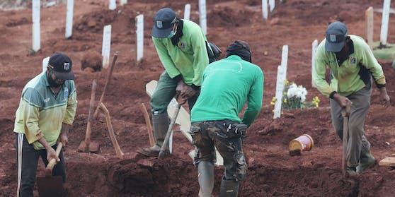 In Gräbern wie diesen werden in Indonesien Corona-Opfer bestattet