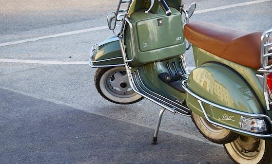 Auf einem Parkplatz abgestellte grüne Vespa Star. (Symbolbild)