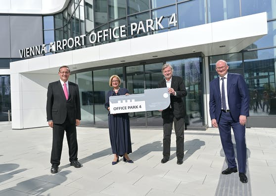 Eröffnung Office Park 4 am Flughafen Wien-Schwechat: Flughafen-Vorstand Günther Ofner, Landeshauptfrau Johanna Mikl-Leitner, Architekt Heinz Neumann und Flughafen-Vorstand Julian Jäger (v.l.n.r.)