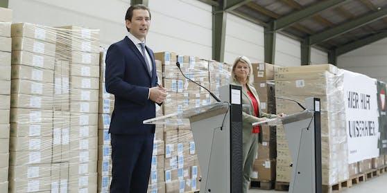 """Bundeskanzler Sebastian Kurz und Verteidigungsministerin Klaudia Tanner vor Österreichs """"strategischer Reserve"""""""