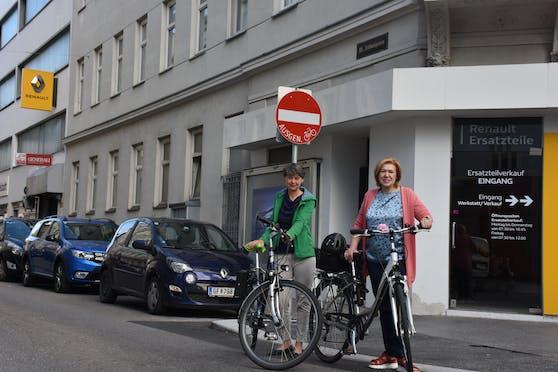 In Währing sind schon fast Dreiviertel der Einbahnen für den Radverkehr freigegeben. Nun wird der Anteil ausgebaut und kommen erstmals auch bezirksübergreifend nach Hernals. Die Bezirkschefinnen Silvia Nossek (Grüne, Währing, l.) und Ilse Pfeffer (SPÖ, Hernals) freuen sich.