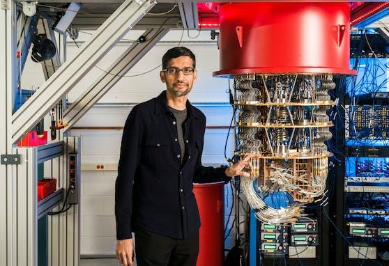 Google-CEO Sundar Pichai zeigt Quantencomputer in einem Labor in Kalifornien.