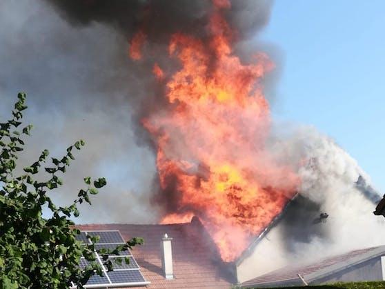 Die meterhohen Flammen am Dach.