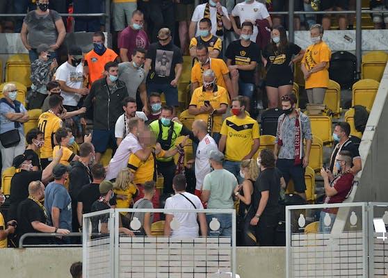 Toni Leistner knöpft sich einen Dresden-Fan vor.